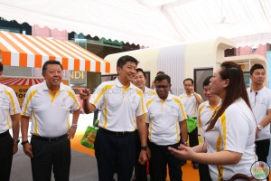 Minister Ng Chee Meng visiting the Vintage Bus