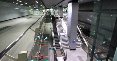 Nicoll Highway MRT Station - Overhead view of platform from concourse level